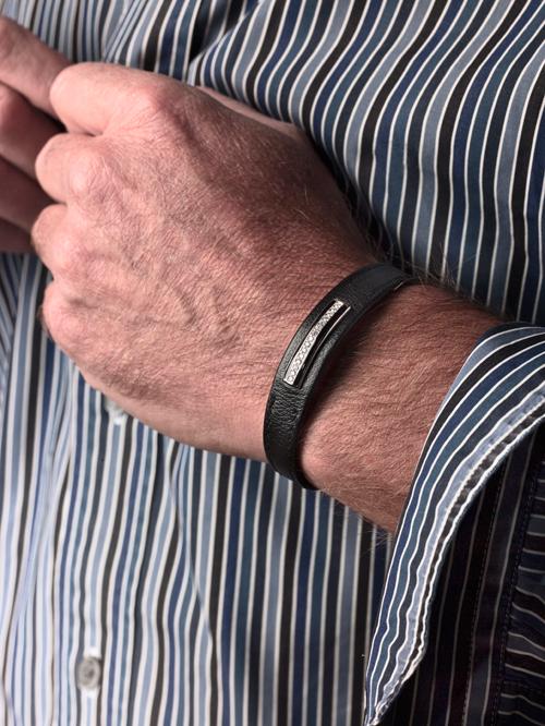 bracelet en veau noir lisse avec surpiqûre ton sur ton, émail noir, barrette en or gris brillant, diamants blancs.