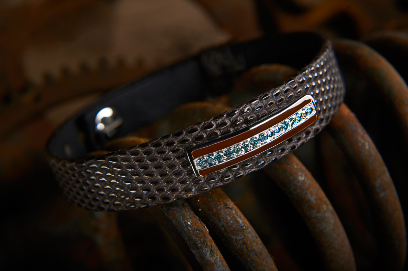 Accessoire homme : bracelet en lézard mat marron, barette en or gris brillant, émail marron, diamants bleus