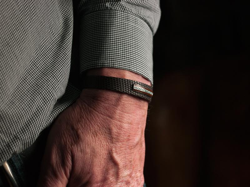 bracelet homme en lézard mat marron, barette en or gris brillant, émail marron, diamants bleus