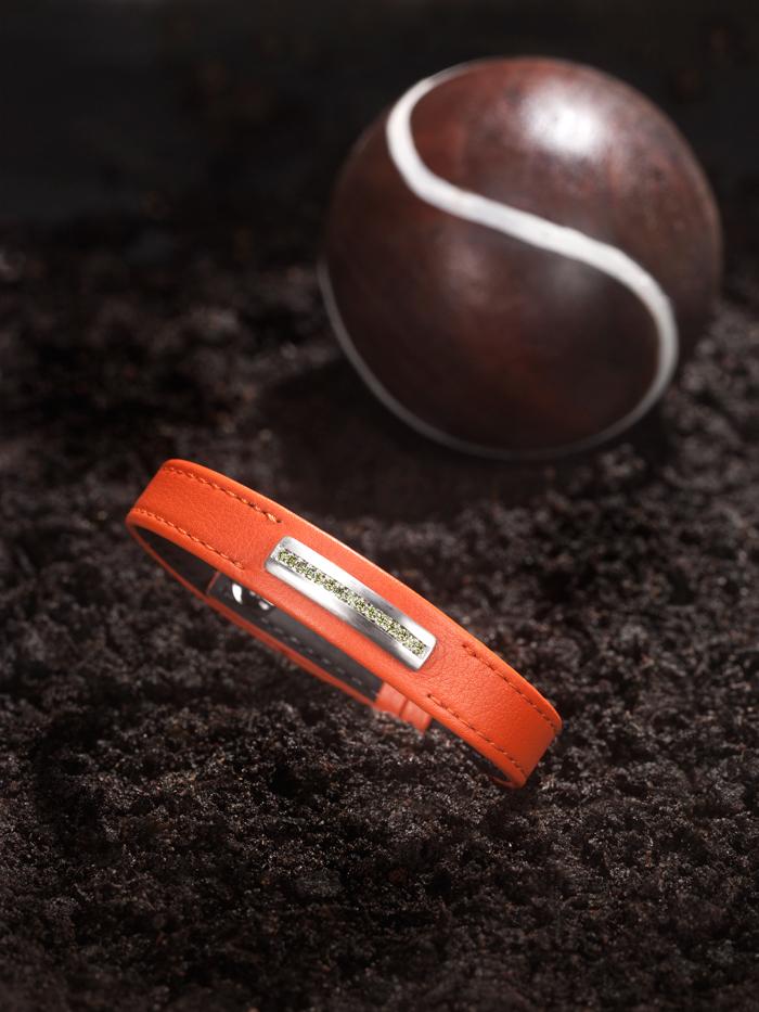 bracelet pour homme en veau lisse orange avec surpiqûre ton sur ton, barrette en or gris satiné brossé sans email, diamants vert olive.