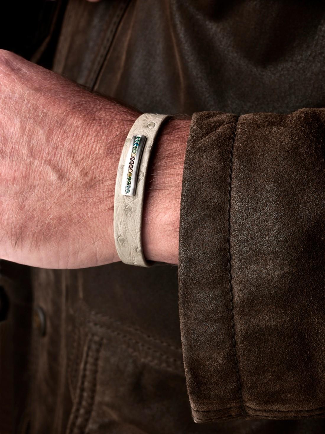 Bracelet homme en autruche sable, barrette en or gris satiné brossé, sans émail, diamants multicolores.