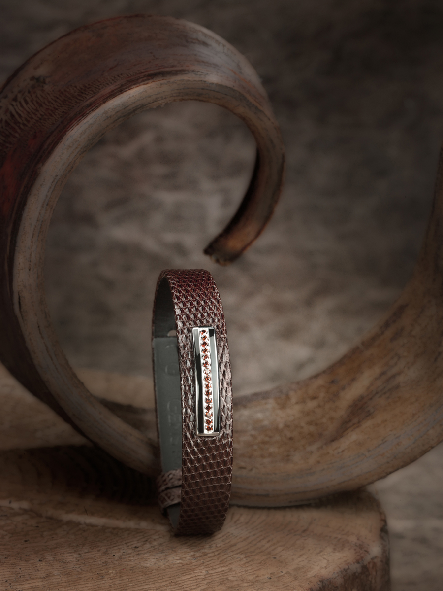 bracelet pour homme en lézard brillant marron chaud, barette en or gris brillant, émail noir, diamants cognac.