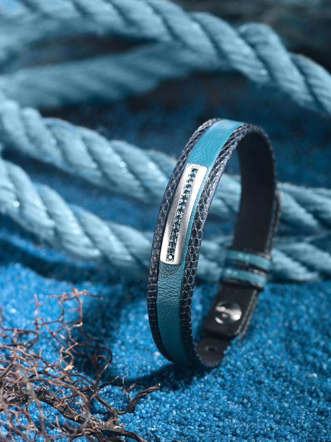 BRACELET POUR HOMME. Cuirs :lézard mat bleu, veau bleu océan Diamants :ice blue Or :barrette en or brossé, satiné Détails