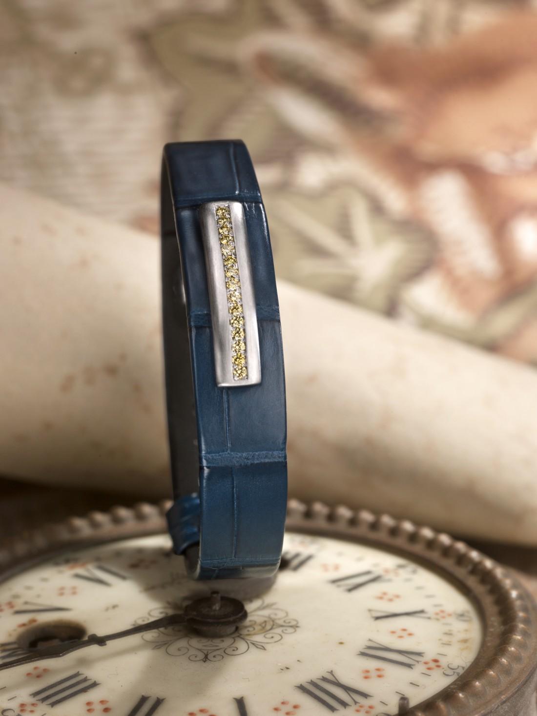 bracelet en cuir pour homme orné d'unebarrette en or brossé gris 18 kt sertie de diamants jaunes. Ce bracelet pour homme est monté sur un alligator bleu gitane mat.
